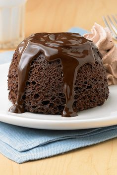 OOOOh - on those days when chocolate is needed! - Chocolate Lava Mug Cakes. A fun and five-minute-way to make chocolate cake. Mug Recipes, Cake Recipes, Dessert Recipes, Dessert Ideas, Dinner Recipes, Chocolate Lava Cake, Chocolate Desserts, Chocolate Filling, Chocolate Squares