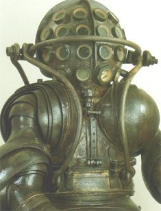 The Carmagnolle suit consists of two pieces. At the middle, a device was made to connect these two parts together. Also a kind of lifting construction was made with which the suit could be lifted in and out of the water. This made the Carmagnolle suit very heavy, the total weight is approximately 380 kilograms.