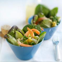 1. Sulata katkaravut, herneet ja maissi, leikkaa salaatti hienoiksi suikaleiksi sekä pese ja viipaloi omena. 2. Sekoita kastikkeen ainekset ke… Cantaloupe, Fruit, Food, Essen, Yemek, Meals