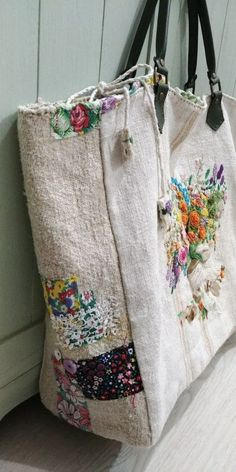 Zakka , vintage granny chic , patchwork tote shopper bags to make for yourself o. Patchwork Bags, Quilted Bag, Embroidery Bags, Embroidery Designs, Embroidery Thread, Diy Sac Pochette, Fabric Crafts, Sewing Crafts, Granny Chic