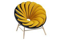 Французский дизайнер Marc Venot для испанской мебельной компании Missana создал необычное кресло Quetzal. Его дизайн удивляет и привлекает, напоминающие перья птицы, 14 двуцветных подушек перекрывают друг друга. Кресло доступно в различных цветовых комбинациях. Они обиты тканью от Febrik's Twill в гармоничном сочетании двух цветов, что позволяет мебели дополнить любой интерьер. …