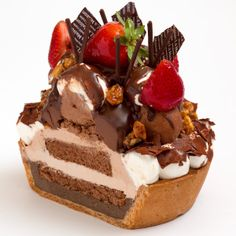 Strawberry Chocolate Tart: Tart topped with strawberries + chocolate + chocolate tart + crunchy caramel and nuts + ganache cream.