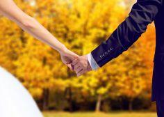 Las ventajas de celebrar una boda en otoño (y son muchas) Holding Hands, 秋のウェディング 装飾, Couples