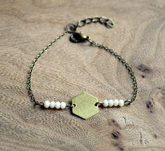 Bracelet CHOOW breloque hexagonale. Choix de couleurs de perles à facettes, bohème, gypsy, boho, geometrique. Hélène création bijoux. chez https://www.etsy.com/fr/listing/277422352/bracelet-geometrique-choow-hexagonal-et