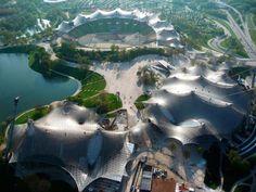 Cubrición de las principales instalaciones deportivas en el Parque Olímpico de Munich para los Juegos Olímpicos de 1972 de verano, desde 1968 hasta 1972, Munich, Alemania. Imagen © Atelier Frei Otto Warmbronn.