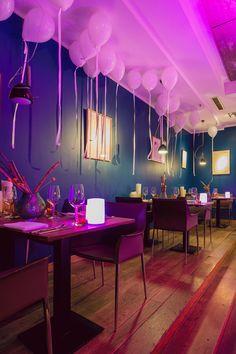 Weiße Ballondekoration an Silvester im Au Quai Restaurant in Hamburg - EventExpress24 #ballons #silvester #auquairestaurant #eventdekoration #eventexpress #ballondekoration #ballondeko #silvesterdeko