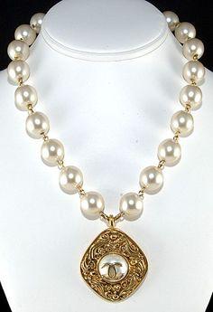 preston chanel Case of the necklace pearl
