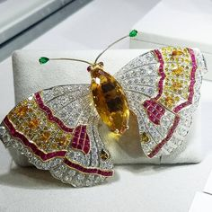 A butterfly brooch like this made of gold platinum emeralds diamonds rubies citrine Insect Jewelry, Butterfly Jewelry, Antique Jewelry, Vintage Jewelry, Butterfly Shape, Madame Butterfly, Antique Roses, Silver Diamonds, Diamond Cuts