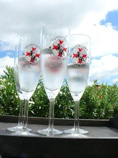 Set of 6 champagne Templar cross motif hand painted flutes Diameter 60 mm Ø Height of cm 21 cl -Baked glass for food use. -Use caution: for better resistance, wash your glass by hand -possible dishwasher cycle washing at 40 ° eco © haelwennlais Flute Champagne, Hand Painted, Service, Etsy, Tableware, Glass, Artwork, Articles, Dinnerware