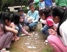 Un groupe de jeunes filles jouant au village d'enfants SOS de Dalat / SOS Villages d'Enfants Vietnam / Crédit : SOS Archives