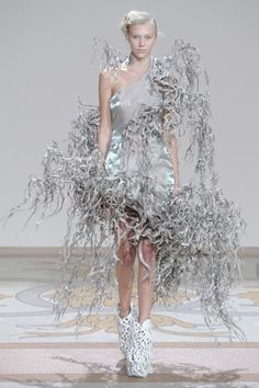 Iris van Herpen Fall Couture 2013 - sculptural approach to design Foto Fashion, 3d Fashion, Weird Fashion, Couture Fashion, High Fashion, Fashion Show, Fashion Design, Crazy Runway Fashion, Origami Fashion
