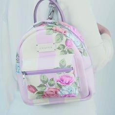Pastel mochila de www.grafea.com Cute Mini Backpacks, Colorful Backpacks, Stylish Backpacks, Girl Backpacks, Girls Bags, School Bags For Girls, Fashion Bags, Fashion Backpack, Mini Mochila