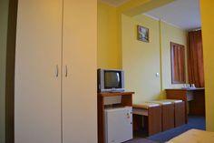 Camera dotata cu televizor si mini frigider