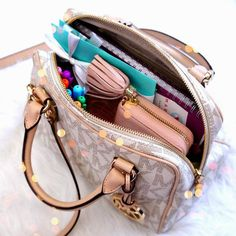 New medical school planner erin condren 17 Ideas What In My Bag, What's In Your Bag, Inside My Bag, Midori, What's In My Purse, Mk Purse, Purse Essentials, Purse Organization, Life Planner