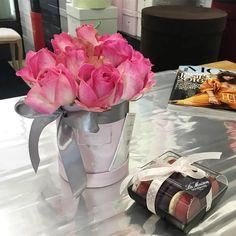 Kochamy kwiaty i ciasteczka, a szczególnie makaroniki @laduree_macarons #poweroflove #flowerbox #kwiaty #polishwoman #kwiatywpudełkach #polishboy #kwiaciarnia #flowers #polishwoman #luxury