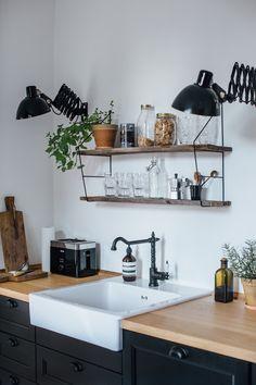 Evier, plan de travail en bois clair et meuble noir. Un robinet noir pour la cuisine - FrenchyFancy