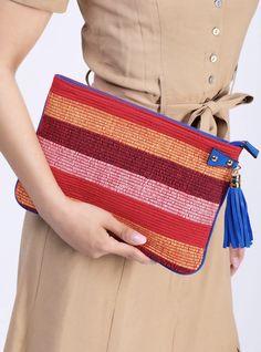 Clutch-Bags sind der perfekte Begleiter im Sommer. Diese fröhliche, bunte Sommer-Clutch ist von Hand gewoben und kann eine elegante Ergänzung für ein lässiges Outfit darstellen oder ihrer Abendgarderobe einen Hauch Eleganz verleihen. Clutch, Bunt, Sunnies, Handbags, Outfit, Fashion, Night Out Outfit, Weaving, Hand Bags