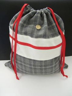 Joli sac de transport  sac à chaussures gris & rouge  gris Drawstring Backpack, Diaper Bag, Backpacks, Gifts, Style, Fashion, Grey Socks, Gray Shoes, Wool