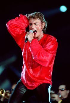Johnny Hallyday se produit sur la scène du Parc des Princes à Paris le 18 juin 1993 à l'occasion de ses 50 ans