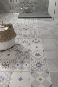 these attractive latest bathroom wall, floor tiles design ideas which have managed to win hearts despite being small. House Design, Tiles, Tile Floor, Tile Design, Home Deco, Flooring, Beautiful Bathrooms, Bathroom Inspiration, Tile Bathroom
