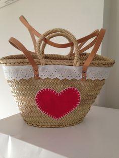 Capazo para niña. #capazo #lapetitamaria #puntilla #corazón Basket Liners, Crochet Projects, Straw Bag, Wicker, Handbags, Wallet, Mint, Beach Gift Baskets, Bricolage