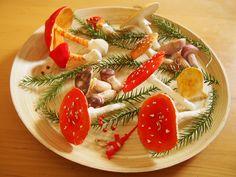 今日はキノコの作り方。 みんなの憧れ、赤くてドットがあるベニテングダケ(毒キノコ)を作ります。 材料。 紙粘土、つまようじ2本、お水、粘土版... Felt Crafts, Diy And Crafts, Paper Crafts, Crochet Mushroom, Mushroom Crafts, Velma Dinkley, Mushroom Hunting, Alice In Wonderland Tea Party, Paperclay