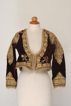 Βελούδινο χρυσοκέντητο οινέρυθρο ζιμπούνι, είδος μανικωτού ζακέτου. Αποτελεί εξάρτημα της γυναικείας μεγαρίτικης φορεσιάς με το φουστάνι.