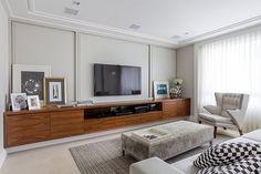 Decoração de: Sala de televisão; rack de madeira; Casa de Valentina