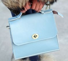 Esta bolsa está hecha de cuero de alta quanlity con el color azul claro, perfecto para la celebración de sus elementos esenciales cotidianos - dinero, tarjetas, lápiz labial, de teléfonos...