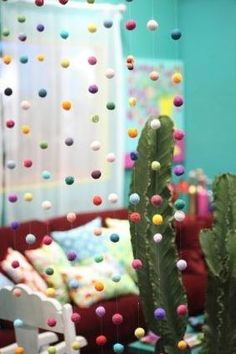 Utilizando a técnica correta você consegue tirar o maior proveito do feltro, fazendo belos e sofisticados artesanatos. Uma cortina de bolinhas de feltro pode ser conseguida apenas utilizando feltro específico, sabão e água quente, e tem como resultado um belo objeto de decoração que deixará qualquer cômodo de sua casa muito mais interessante. Dicas para …