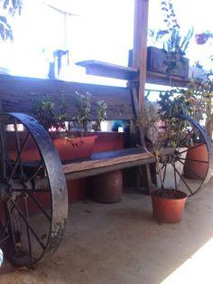 Banco en madera con ruedas de arado antiguo