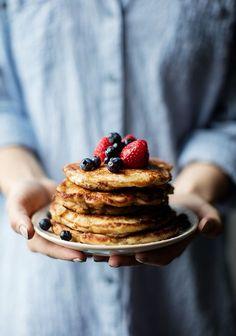 Oat & Yogurt Pancakes - Three times a day - food Face - Yogurt Pancakes, Oatmeal Pancakes, Pancakes And Waffles, Sweet Breakfast, Breakfast Recipes, Salty Cake, Waffle Recipes, Pancake Recipes, Savoury Cake
