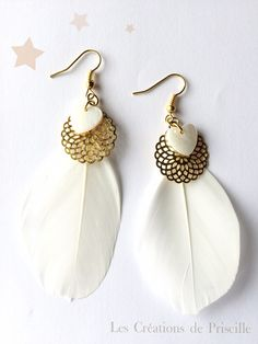 Boucles d'oreilles plumes blanches, rosaces dorées et coeurs nacrés