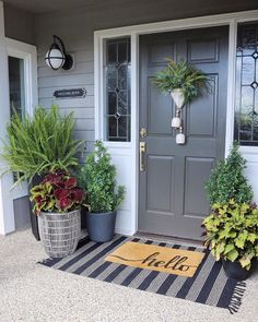 Front Porch Entrance Decoration with a Combination of Plant Ideas 31 ⋆ design sepatula Front Porch Plants, Front Porch Flowers, Front Door Porch, Front Porch Design, Front Door Decor, Porch Entrance, Porch Mat, Front Door Entryway, Garden Front Of House
