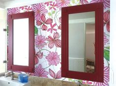 espejos vintage color frambuesa, tapiz de flores pintado a mano. decoración de baño. algreca.com