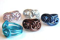 Dieses einzigartige Ocean Waves Ring ist so viel Spass zu tragen! Es ist solide aus eloxiertem Aluminium Draht, die nicht nur geringes Gewicht aus, aber super gemütlich! Es auch wird nicht grün Ihre Finger wie Kupfer oder Nickel tun. Es ist hypoallergen. ~ ~ ~ SPAß!!! FUNKY!!! UND