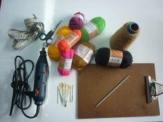 TEJIDO WAYUU EL TEJIDO WAYUU ES UNA TECNICA ARTESANAL DE LA GUAJIRA COLOMBIANA. El arte de tejer se enseña a las mujeres desde muy niñ... Bag Pattern Free, Needle Tatting, Tapestry Crochet, Knitted Bags, Crochet Bags, Crochet Stitches, Weaving, Knitting, Crafts