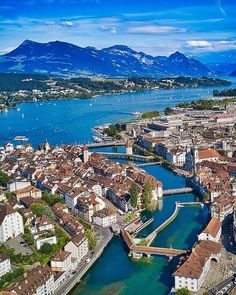 Altstadt Luzern im Hintergrund die Rigi. Old Town Lucerne, River Reuss. : Altstadt Luzern, Kappelbrücke, im Hintergrund die Rigi. Old Town Lucerne, River Reuss with Lakelucerne. In the background Mount Rigi. The Queen of Mountain Cool Places To Visit, Places To Travel, Places In Switzerland, Zug Switzerland, Lake Lucerne Switzerland, Wonderful Places, Beautiful Places, Zermatt, Travel Tours