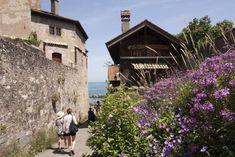 Yvoire: dorp met uitzicht over het meer van Genève ***** | Dorpen in Frankrijk Yvoire, House Styles, Building, Travel, Alps, Viajes, Buildings, Destinations, Traveling