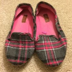 Roxy flats Roxy  plaid  flats  size 6 but do run large great condition These have been worn primarily as house shoes.  see pictures for extent of wear no swaps or trades reasonable offers accepted Roxy Shoes Flats & Loafers