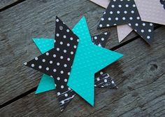 Jeg har bl.a. lavetfine stjerner i mønstret karton.  You'll need: Carton Universal glue Spray adhesive Cutters Scissors String Printable star template! A4 size: 297 mm x 210 mm Downloa…