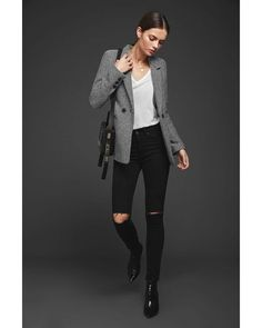 Traditional and effortless, this classic black and off-white fishbone blazer is cut slightly oversized for a menswear-inspired silhouette that still offers a feminine fit. Blazer Outfits, Denim Outfit, Herringbone Blazer, Suit Jackets For Women, Anine Bing, China Fashion, Black Blazers, White Tees, Business Fashion