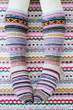 Hääräämössä on käsitöitä, kierrätystä, valokuvausta & kuvankäsittelyä + opetusmateriaalia ja kuvallisia käsityöohjeita. Wool Socks, Knitting Socks, Knitting Needles, Hand Knitting, Knitting Patterns, Crochet Patterns, Yarn Ball, Knitted Gloves, Knitting Accessories
