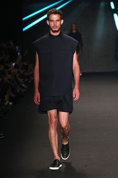 Osklen SPFW Inverno 2015 Crazy Outfits, Summer Fashion Outfits, Cool Outfits, Casual Wear For Men, Ideias Fashion, Menswear, Fashion Design, Men's Style, Black Men Styles