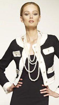 En 1925 COCO CHANEL creó la primera chaqueta flexible inspirándose en la ropa de caza de la nobleza inglesa y las libreas de los lacayos. CHANEL no abandonó ya