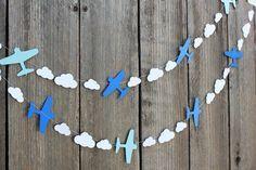 Guirnalda de papel de avión y nubes - custom colores disponibles: muy bien por parte de aviones de Disney, temas de aviación
