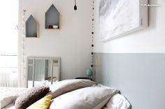 Autre vue de la chambre, belle idée de ne peindre que la partie basse du mur, et le rappel entre le gris clair du mur et les petites étagères en forme de maison.