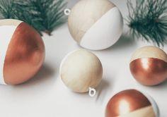 DIY Weihnachtsdeko und Bastelideen zu Weihnachten, skandinavische Holzkugel färben, DIY Weihnachtskugel