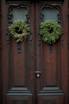 Wreaths for a Holiday Home Love the doors Old Doors, Windows And Doors, Front Doors, Antique Doors, Entry Doors, Front Stoop, Vintage Doors, Noel Christmas, Xmas