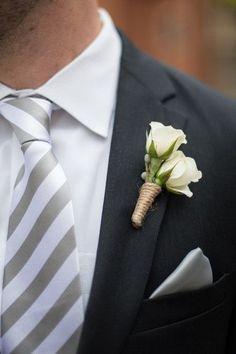 Boutonniere de mini rosas blancas